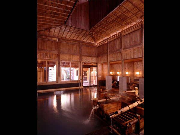 高い天井が特徴の湯屋建築。歴史が育む温泉情緒です。