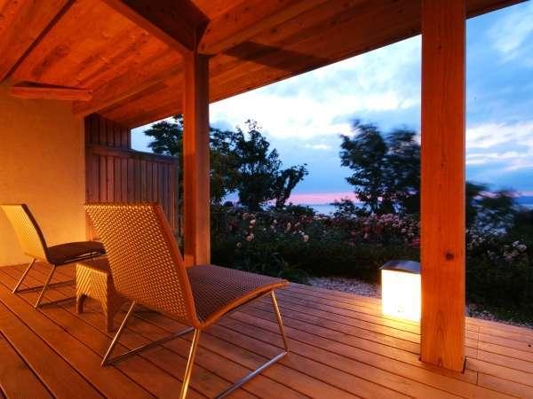 【離れ:メゾネット】テラスから眺める空と海の風景は感動的です。