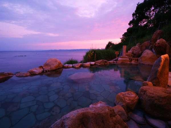 【混浴露天風呂「浜千鳥の湯」】季節によっては夕陽を眺めながら温泉をお楽しみ頂けます。
