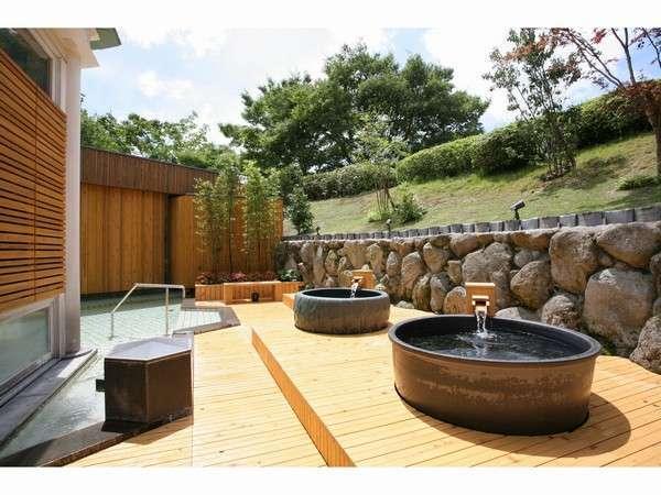 【露天風呂(昼)】木のぬくもりが感じられる露天風呂。
