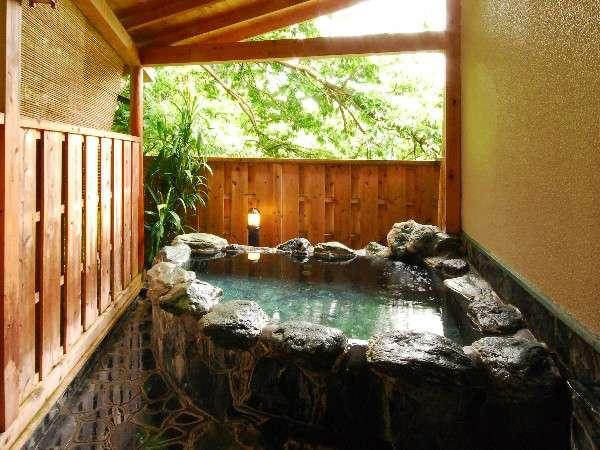 野鳥のさえずりが聞こえる・・・貸切露天風呂は空いているとき自由にどうぞ