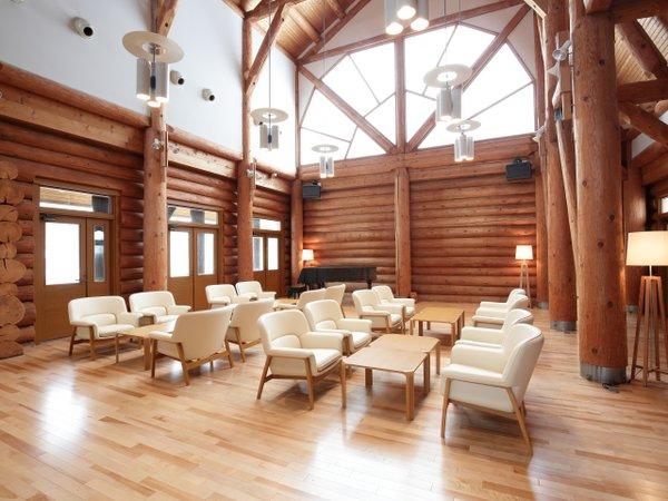◆開放感あるロビー。旭川家具のイスで寛ぎの時間
