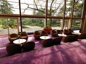 ロビー/一歩踏み出せば、そこには3000坪もの荘大な日本庭園が目の前に表れます。