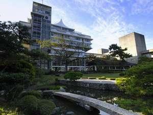 日本を代表する建築家、菊竹清訓先生設計の本館「天台」。本格的日本庭園から眺めた壮大な外観は必見!