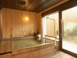 貸切家族風呂「松の湯」は自家源泉のアルカリ温泉です。