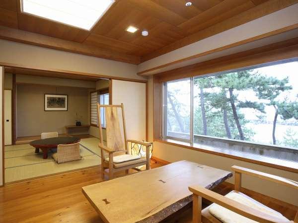 和洋特別室/アジアンテイストなデザイナーズ客室です。窓からは日本海の景色が一望できます。
