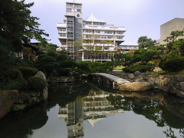 庭園から見た本館「天台」の外観。菊竹清訓先生設計の代表建築です