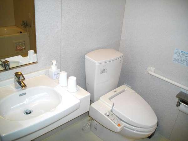 スーペリアルームの洗面台とトイレ