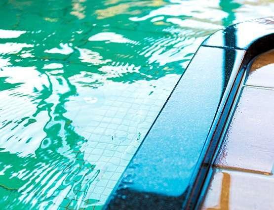 【大浴場】古都奈良をイメージした焼き杉材の内装の内風呂