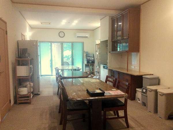 中央室。キッチン等自由に使えるオープンな談話室
