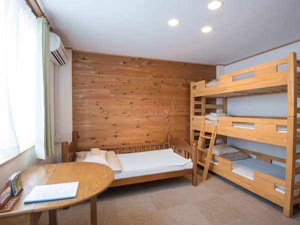 ファミリールーム。3段ベッドと1段ベッドが入っています。バス・トイレ・洗面が各々独立しています