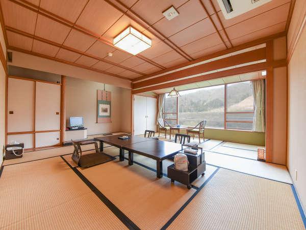 *【客室/和室12畳】大きな窓が開放的な客室タイプ。足をのばしてごゆっくりお寛ぎくださいませ。