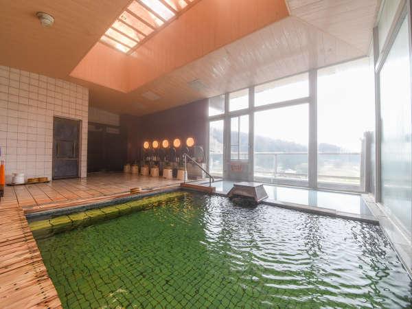 *【温泉/内湯大浴場】当館自慢、エメラルドグリーンの温泉。日々の温度・外気温で色の変化を楽しめます。
