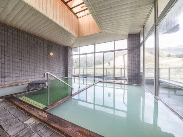 *【温泉/内湯大浴場】温泉の温度などによって透明・エメラルドグリーン・グリーン・乳白色と変化する温泉。