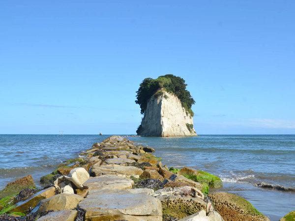 当館から徒歩2分。珠洲のシンボル見附島。通称軍艦島とも呼ばれます。