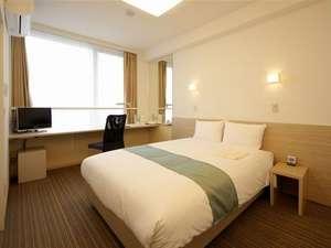 シングルルーム(16㎡)窓の大きい開放感のある客室