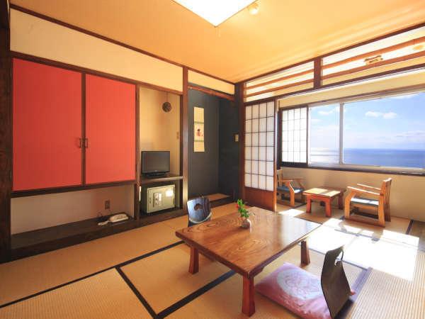 【海側 和室客室4】(8畳~12畳)海側の窓を開けて、潮風を肌に感じることができます。