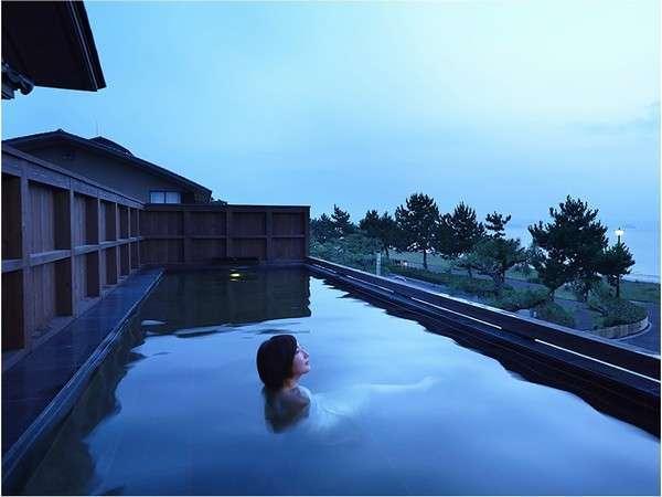 唐津湾を望む露天風呂。波音をBGMに空と海のパノラマを眺めれば日常が遠く離れていくような気分に。