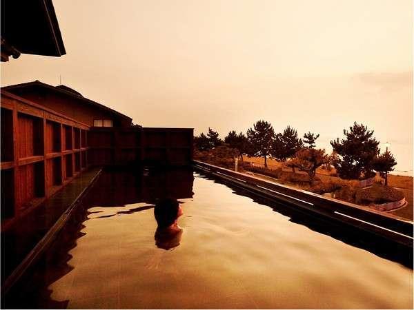 【海を望む展望露天風呂】波音を聴きながら、美しい夕陽を眺めお湯につかる・・・至福のひとときです。