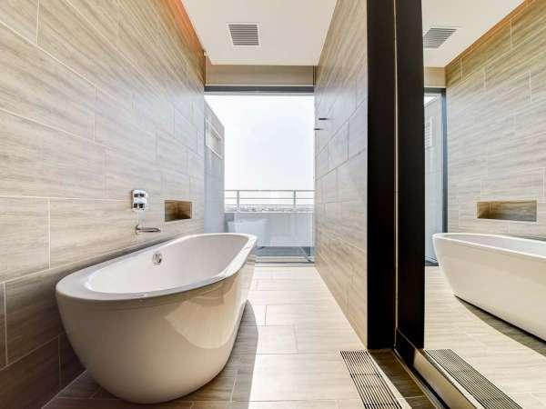 【*お部屋】足をのばせる浴槽。窓があり、開放的な空間です。