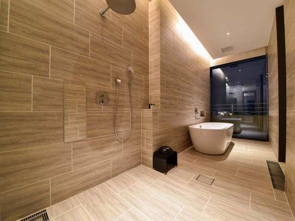 【*お部屋】広々としたバスルームでリラックス。非日常の空間でゴージャスな気分に。
