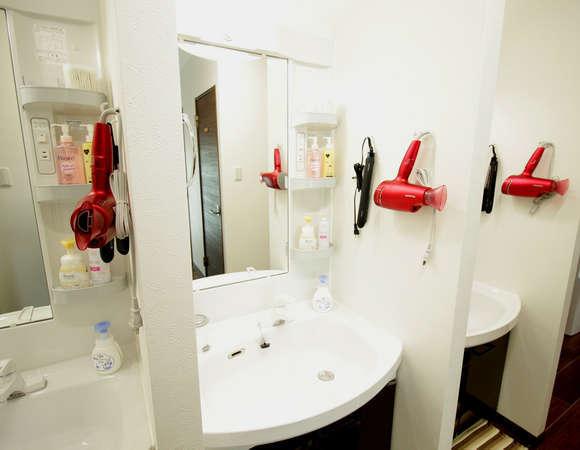ドライヤー、ヘアアイロン、洗顔料、クレンジング、コットン、綿棒が常備してあります。