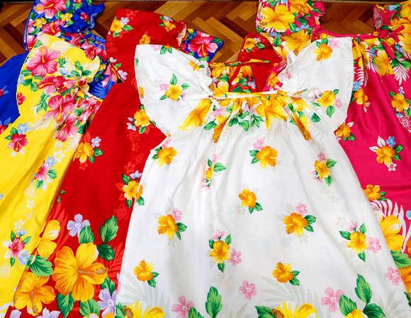南国感漂うカラフルな沖縄ムームーをご用意しており、お好きな色をお選び着用頂けます。