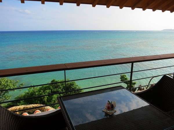 フロントロビー:テラスでチェックインは海を眺めながら