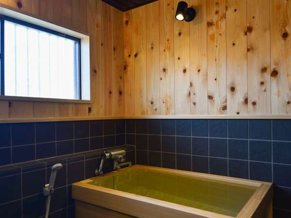 【猿楽庵】各お部屋檜風呂を備え付けております。檜の香りに癒されます♪