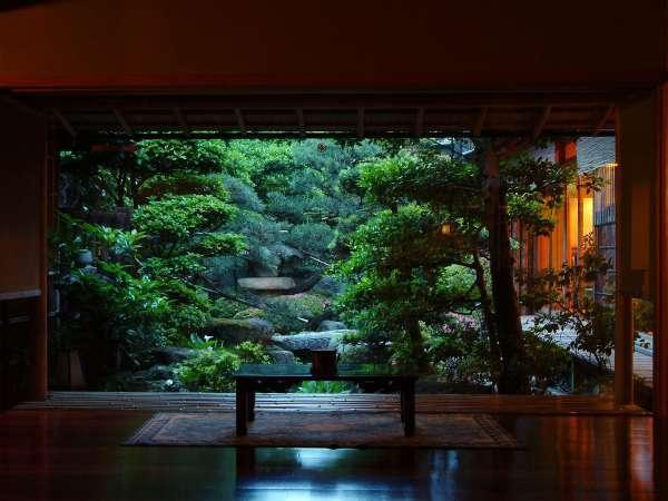 ロビーから望むしっとり落ち着いた雰囲気の日本庭園