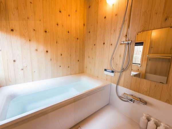 壁には無垢の能登ヒバが張られた浴室。窓からは静かな庭園を眺めながらご入浴頂けます。