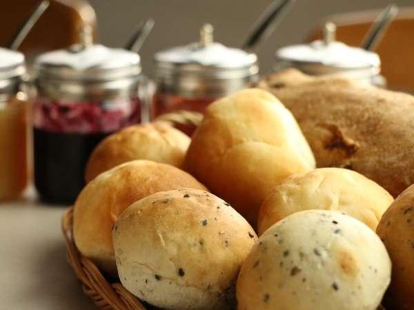 朝食には当館自慢の焼きたてパンをお召し上がりください!