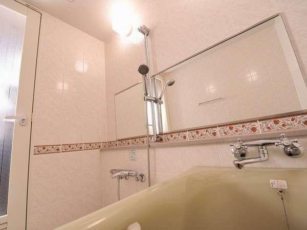 【バスルーム】和室・セミスイートルームのお風呂は湯船もひろびろ♪