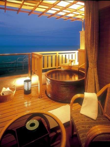 海一望で陶器製の10畳露天風呂付き客室(一例)。お風呂に入りながら日の出が見れる。当館人気NO1!