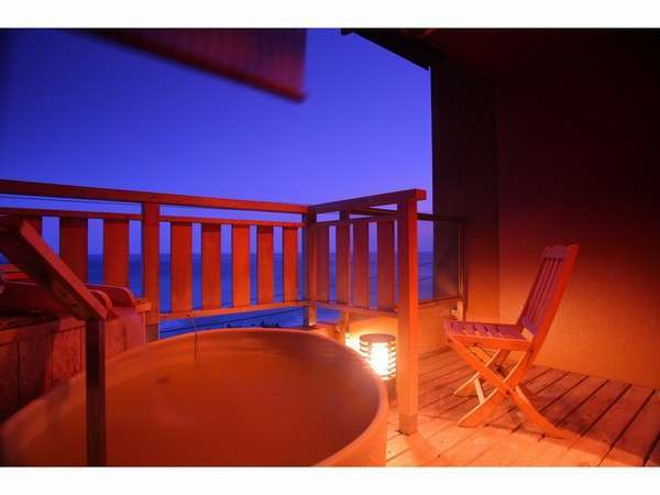一番人気の「海一望10畳露天風呂付客室」陶器製の露天風呂が付いており、日の出が見られる