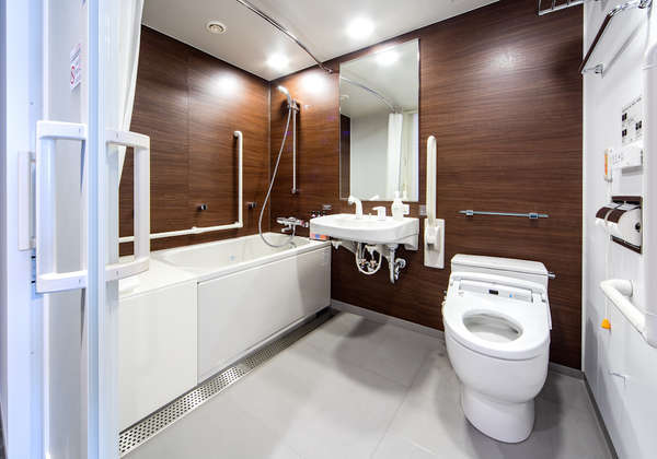 ユニバーサルルームバスルーム。各所に手すり設置。