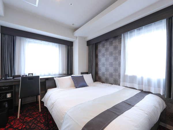 シモンズ製クイーンサイズベッドでゆったり休めるダブルルーム