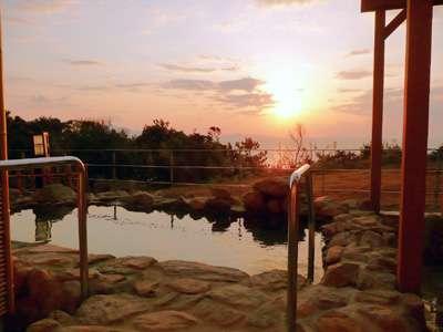 【露天風呂・夕方】空と海面を真っ赤に染める夕日は絶景!