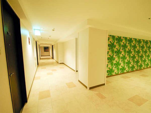 *館内の様子。壁には沖縄らしい森をイメージした模様がございます。