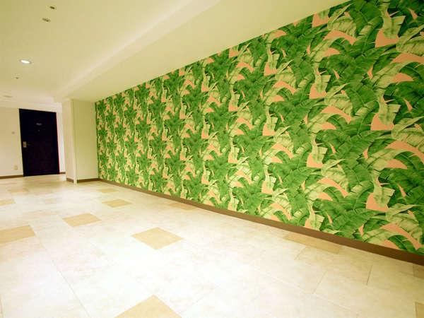 *沖縄のやんばるの森をイメージした壁の前は、お待ち合わせにぴったり。