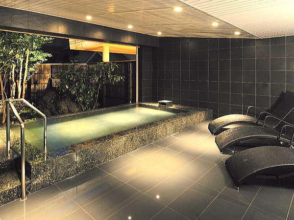 シックで落ち着いた雰囲気の「男性用露天風呂」四季折々の庭の表情が楽しめます。