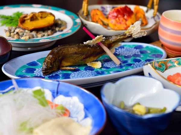 *【夕食一例】自慢の川蟹料理をはじめ、四季に合わせた強首ならではのお食事をご用意しております。