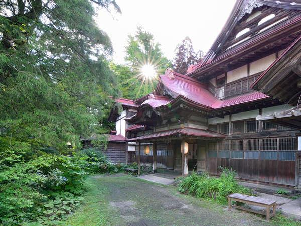 *【外観】当館シンボルの樅の木に見守られ、その豪壮な姿を守り続けています。