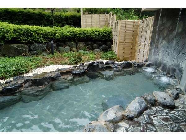 山々に囲まれた緑が美しい露天風呂