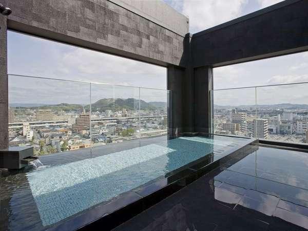 14階男性露天風呂。昼間と夜の街中の変化を楽しむことが出来ます。