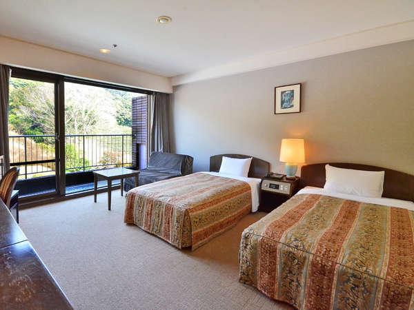 【ツイン/26㎡】ゆったりとしたスペースのツインルーム。お部屋からは御船山の自然が眺望できます。