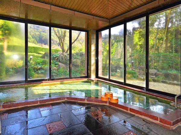 【大浴場 瀧見の湯(男湯)】四季の移ろいを感じながらの湯浴みで旅や仕事の疲れを癒してください。