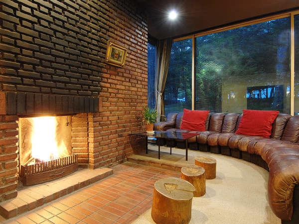 冬になるとロビーの暖炉に火がともります