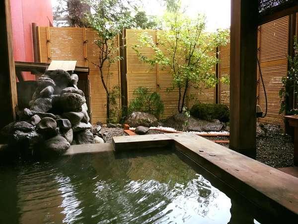 貸切露天風呂お湯が流れ出る岩と紅葉や紫陽花で作られた日本庭園風貸切露天風呂。