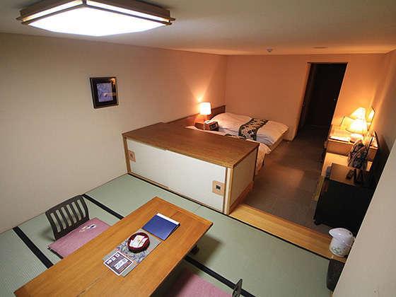 和洋室35㎡。和室部分は座卓が置かれ、布団を3組ご用意しております。